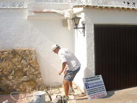 Man spraying wallcoating